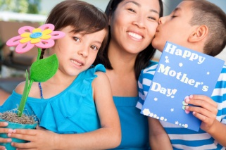 mothers-day-childrne-giving-gifts